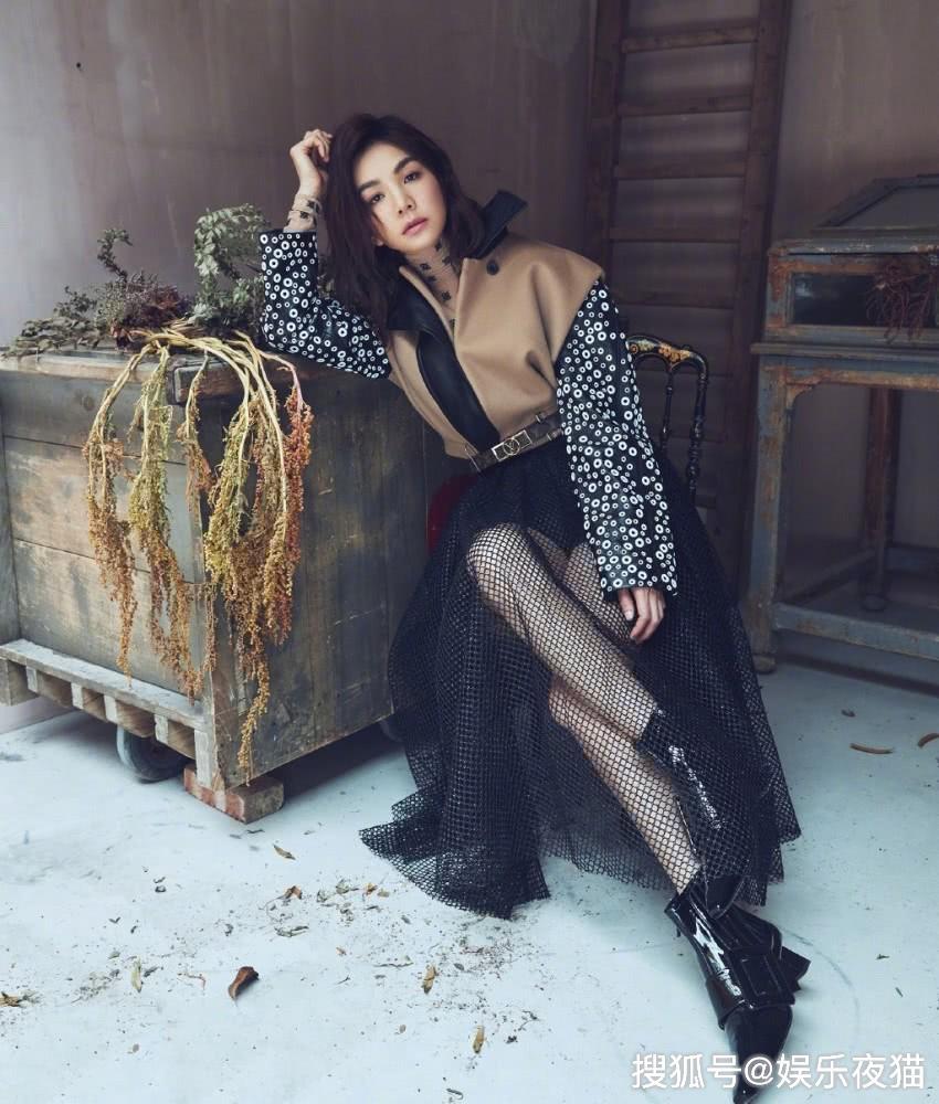 ella的混搭时尚,穿拼接外套配黑色网眼裙,帅气又不失性感