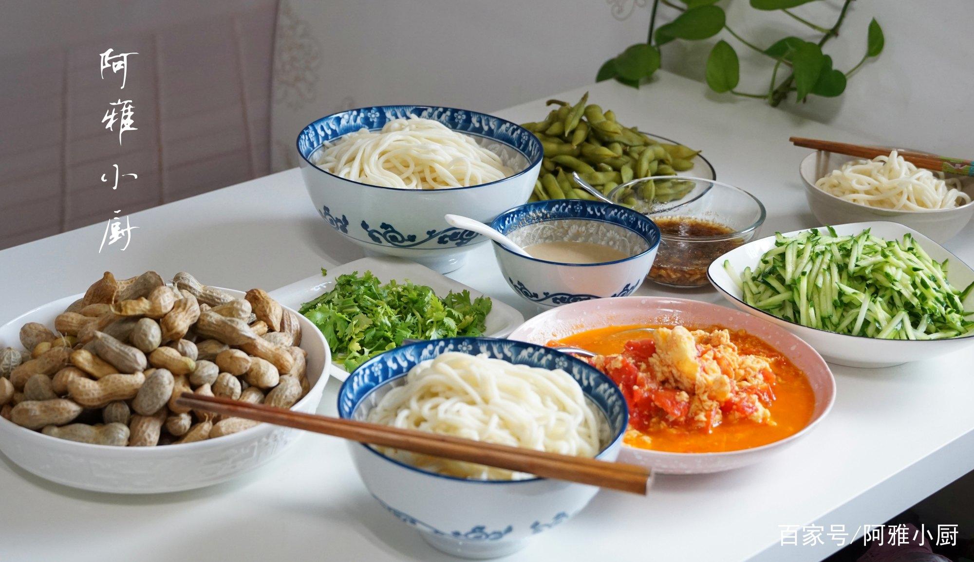 晒晒我家午餐,西红柿鸡蛋打卤面,网友:原来北方人这样吃面条!