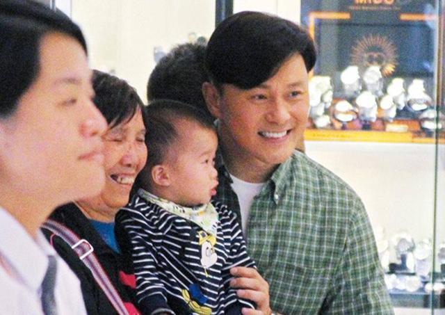 """54岁TVB""""冻龄男神""""不老之谜曝光 养生馆全身施百针为保童颜?"""