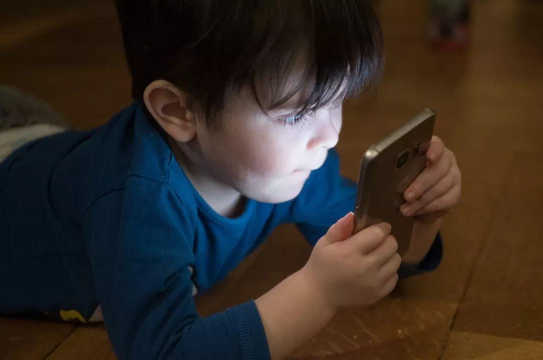 """小孩看吸引孩子的屏幕,也可以是一位很好的""""电子保姆"""""""