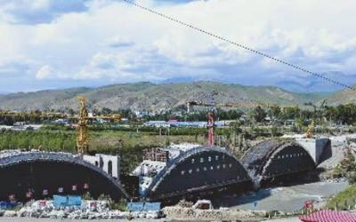 <b>新疆在建最大跨径连拱桥乌拉斯台大桥月底贯通</b>