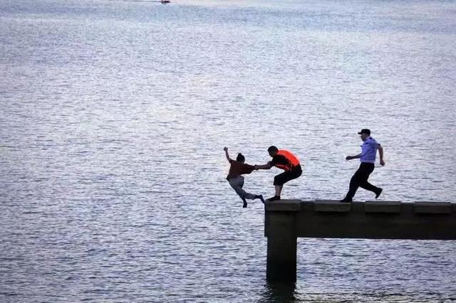 昨天,一张照片刷爆浙江人朋友圈!这一伸手,就是生与死的距离!