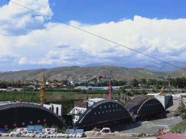新疆在建最大跨径连拱桥乌拉斯台大桥月底贯通