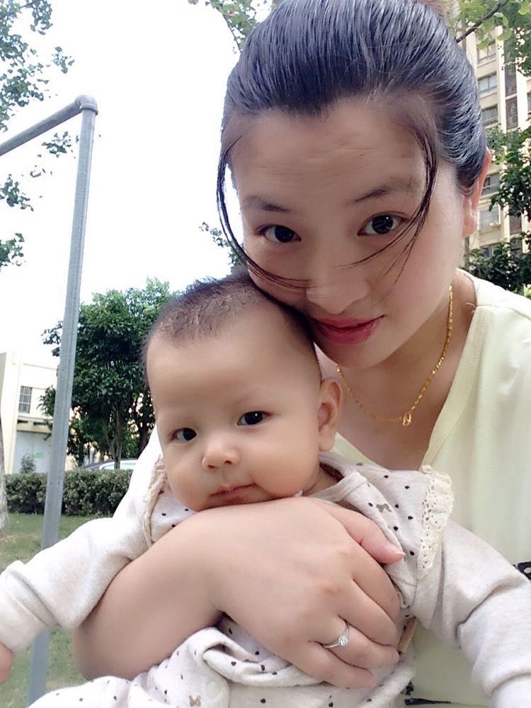 2个月小婴儿黏妈妈,宝宝是不是认人了?认生期家长须正确应对