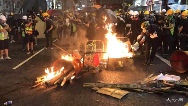 香港暴徒袭警、火攻、扔腐蚀性物质,警方再拘44人