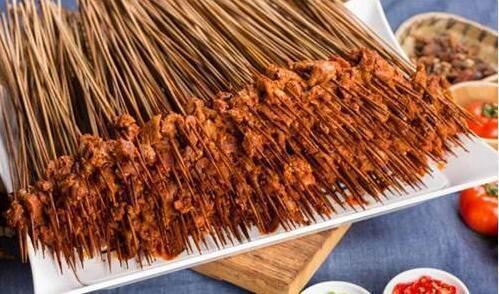 花二百买500根羊肉串,小伙辛苦的取下肉,称重后:真是个大坑!