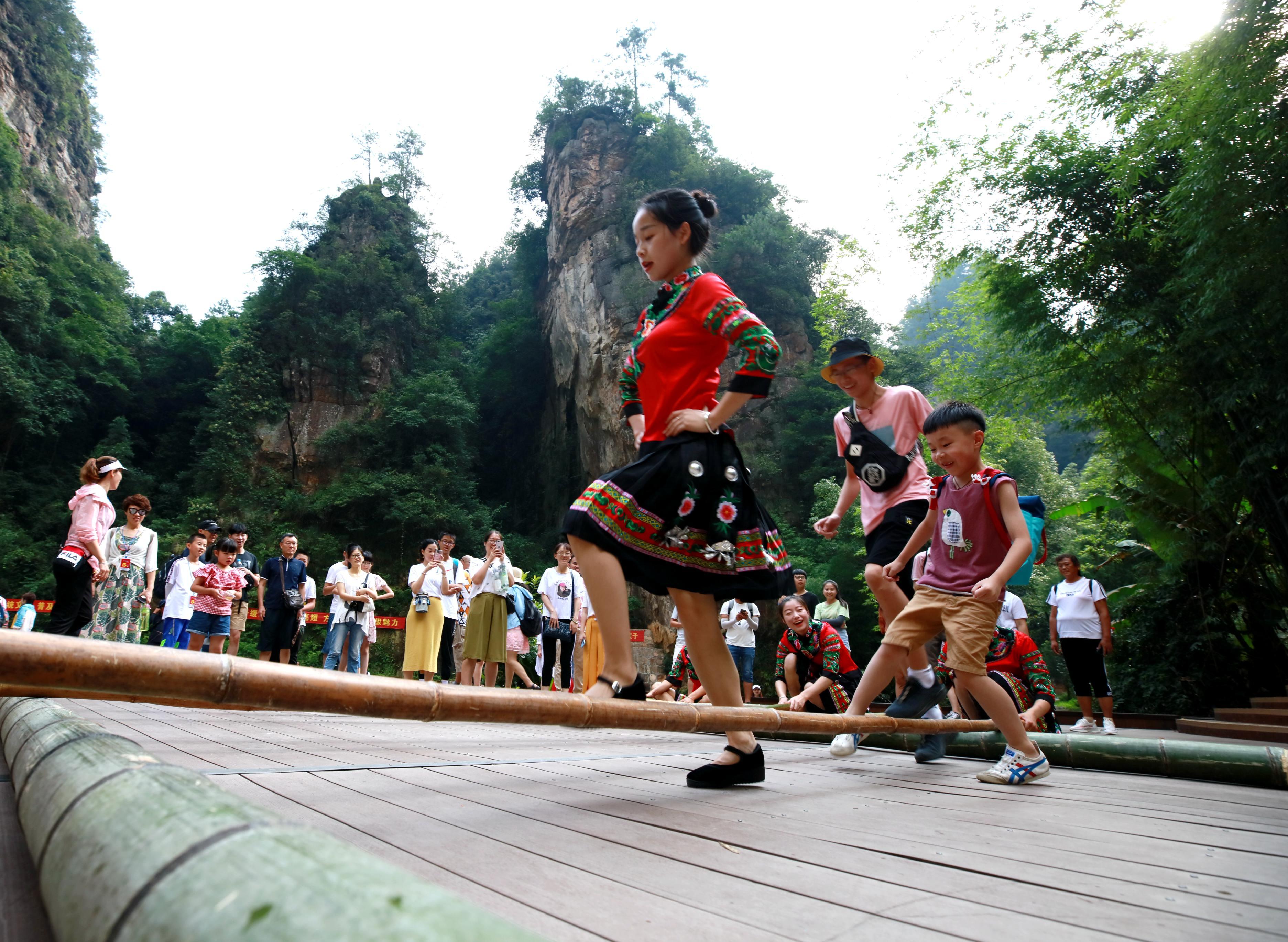 <b>张家界宝峰湖景区:多彩民俗 乐享暑期</b>