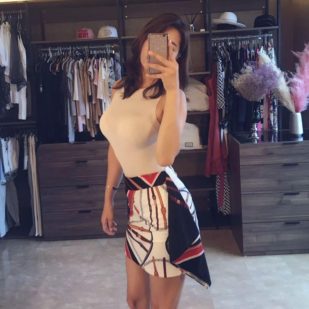 追求时尚的韩国宝妈,健身练出葫芦型身材,浑身散发女神范!