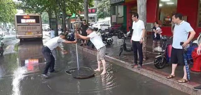 中原区各部门积极应对道路积水