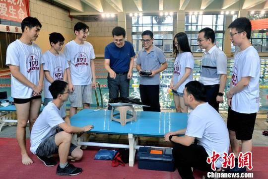 西工大研制出中国首款滑扑一体自主变形仿生柔体潜航器
