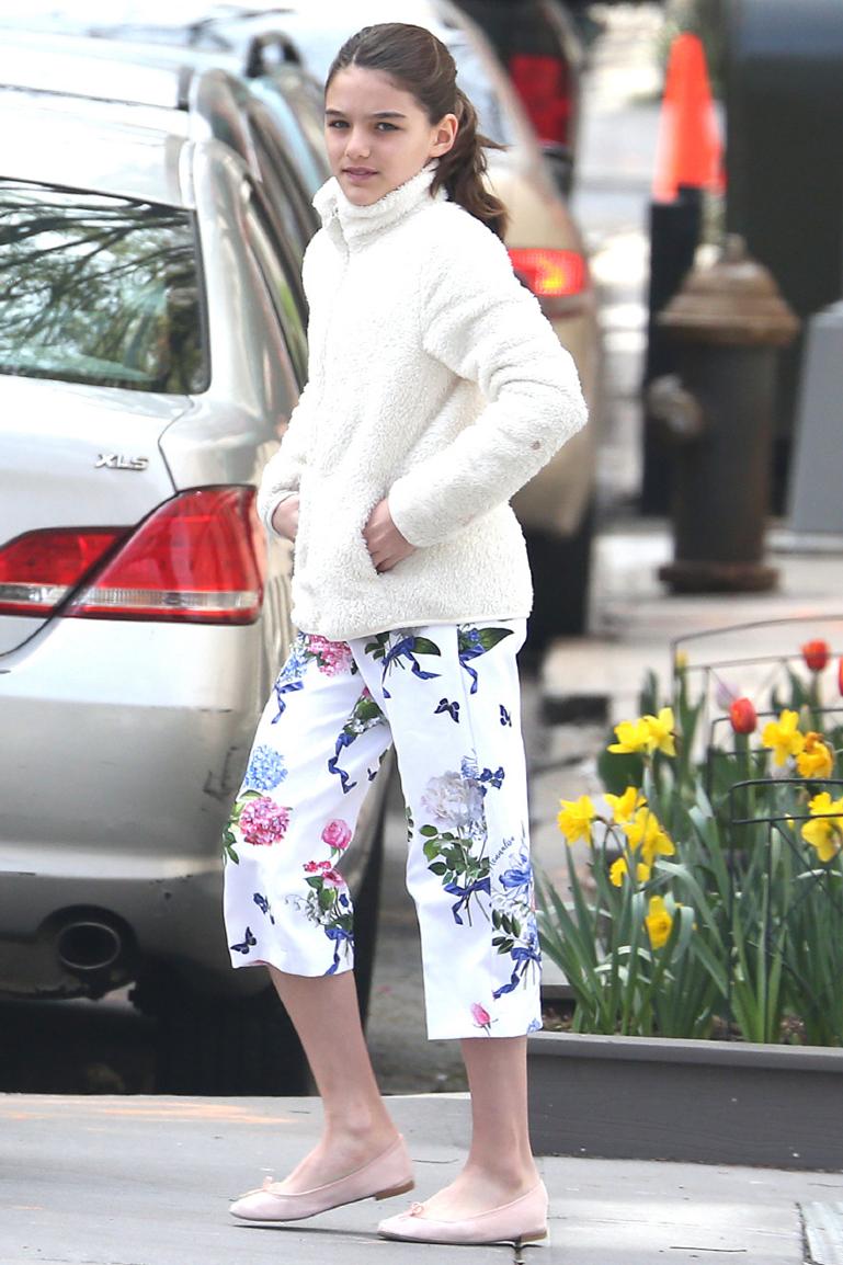 小苏瑞罕见穿牛仔裤,搭配白色吊带清新养眼,大长腿果然遗传妈妈