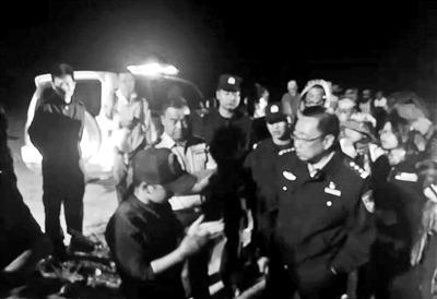 1200人戈壁深处徒步迷路,民警连夜找回