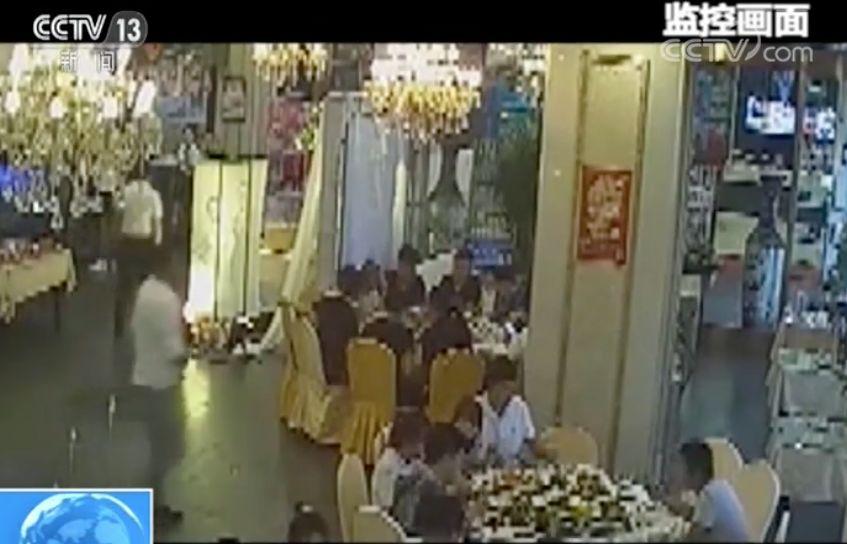 """""""戏精""""窃贼专偷婚礼!演技精湛甚至感动了新郎新娘……"""