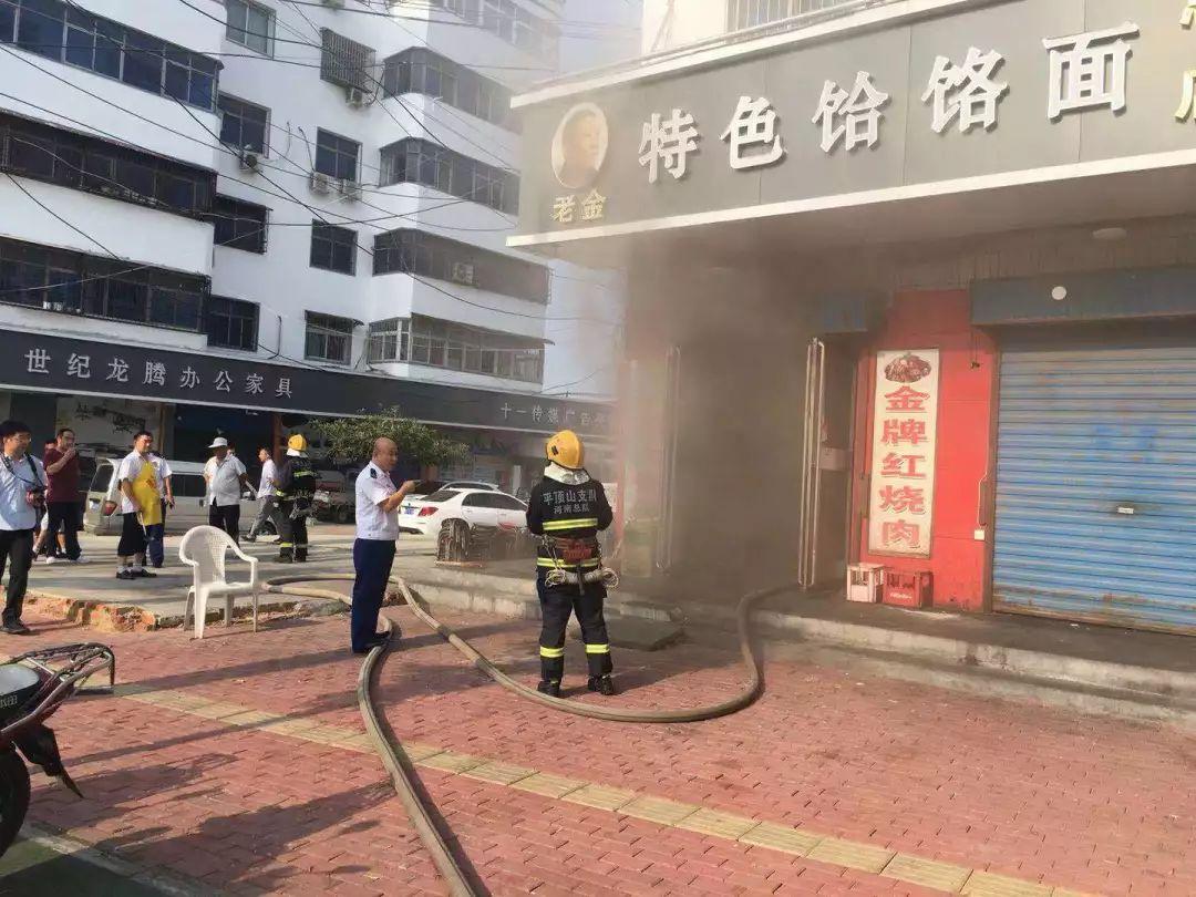惊!平顶山一饭店着火   消防员徒手拎出九个煤气罐