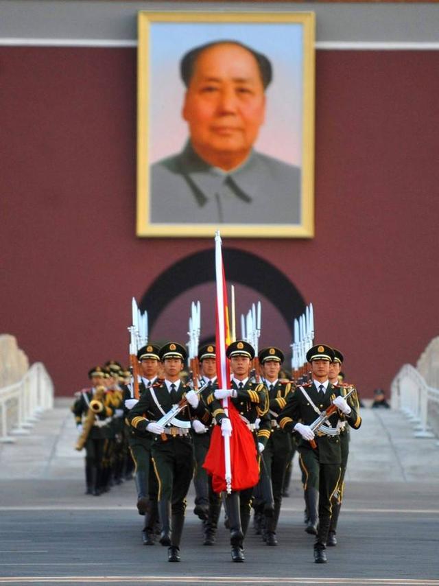 """中国第一升旗手:退伍不沾""""旗光"""",婉拒50万年薪"""