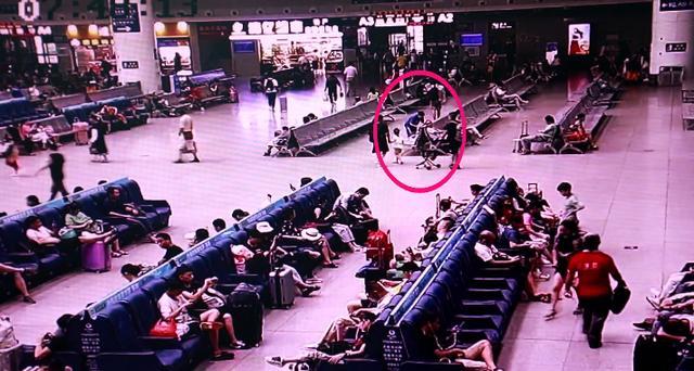 南昌:火车站一手提包无人认领,保洁阿姨打开一看:上万元现金