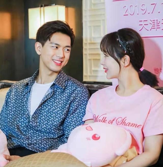 杨紫李现合体拍摄时尚杂志,现场照曝光两人穿情侣装很甜蜜