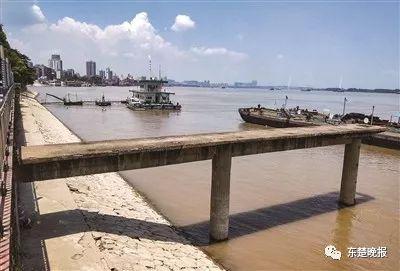 昨日凌晨,14岁女孩落水被吸入趸船底失踪,事发中窑江滩公园