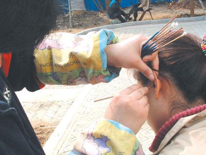 5岁男孩耳朵进了虫子,机智奶奶一招救了孙子,医生都竖起大拇指