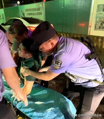 深夜合肥街头暖心一幕:市民不慎摔断腿 民警组人墙守护