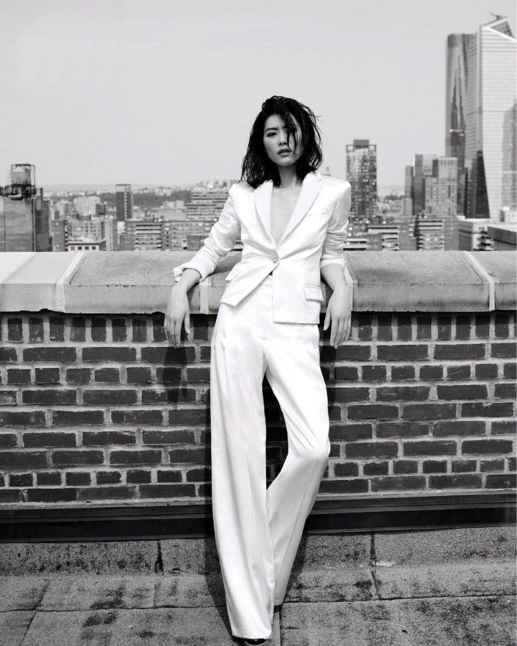 刘雯新写真曝光,穿V领西装配长裤气场强大,网友:高清镜头下这肤质你服吗