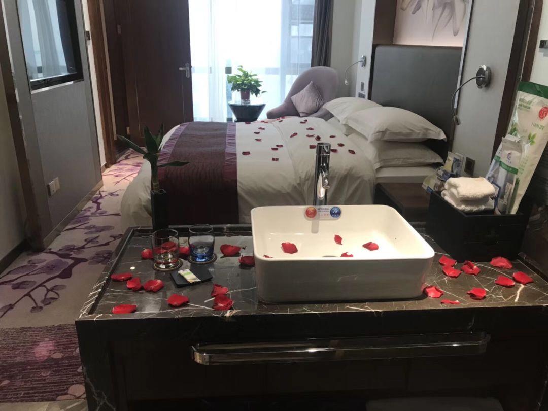 大酒店一桌丰盛菜图片