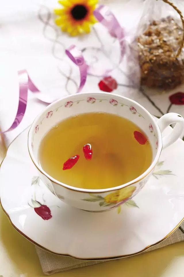 养肝食疗方:薏仁枸杞茶 材料:薏米300克,枸杞子一把,红枣2-3颗,冰糖