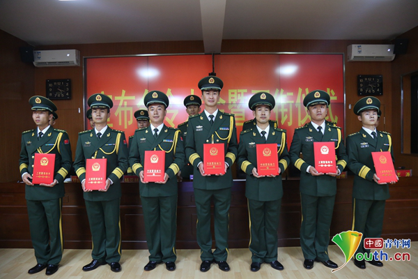 武警石嘴山支队举行警官晋升警衔仪式 家属见证光荣时刻!