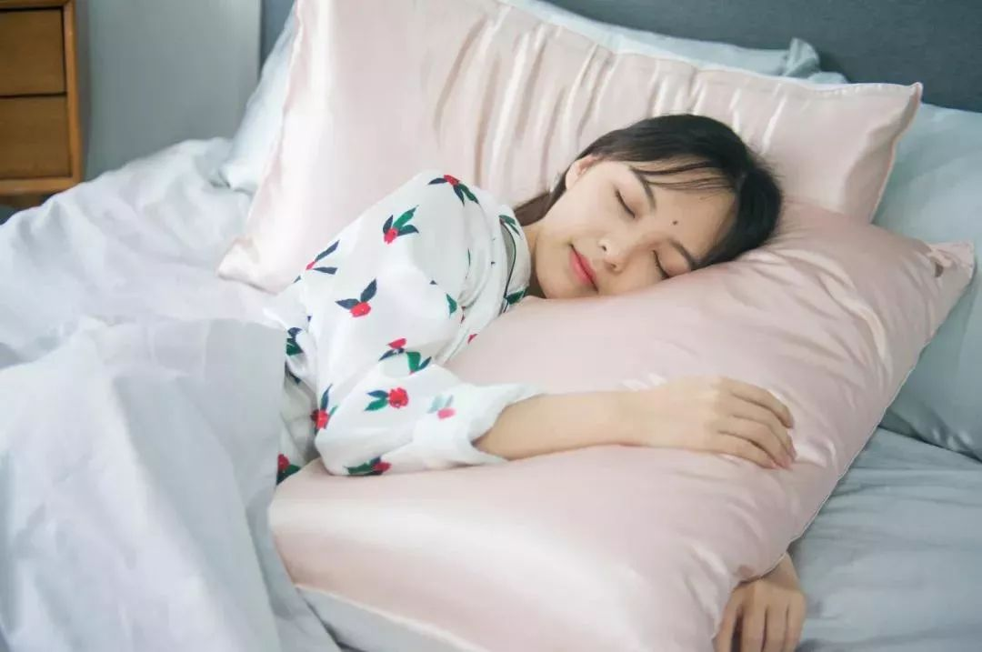 过了25岁,女人一定要用真丝枕套