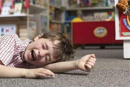孩子不买玩具就不走哭闹,家长的做法让人称赞:这办法我咋没想到