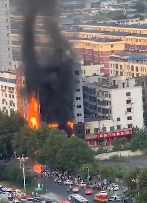 九江丨从3楼到6楼,敲了72间房,救出16人后他当场呕吐