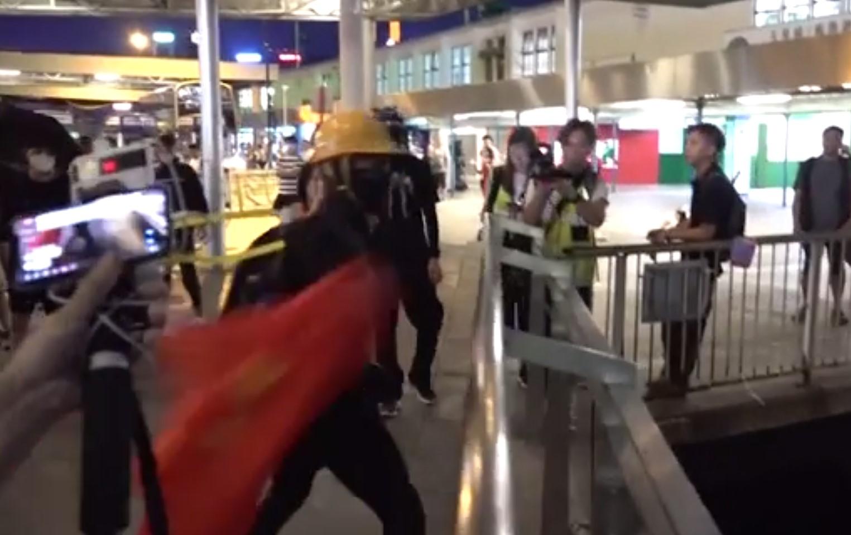 又一起暴徒扔国旗入海事件!香港爱国市民重新升起