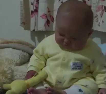 宝宝坐着睡觉,困得左右摇晃把自己吓哭,摔倒后的反应太逗了