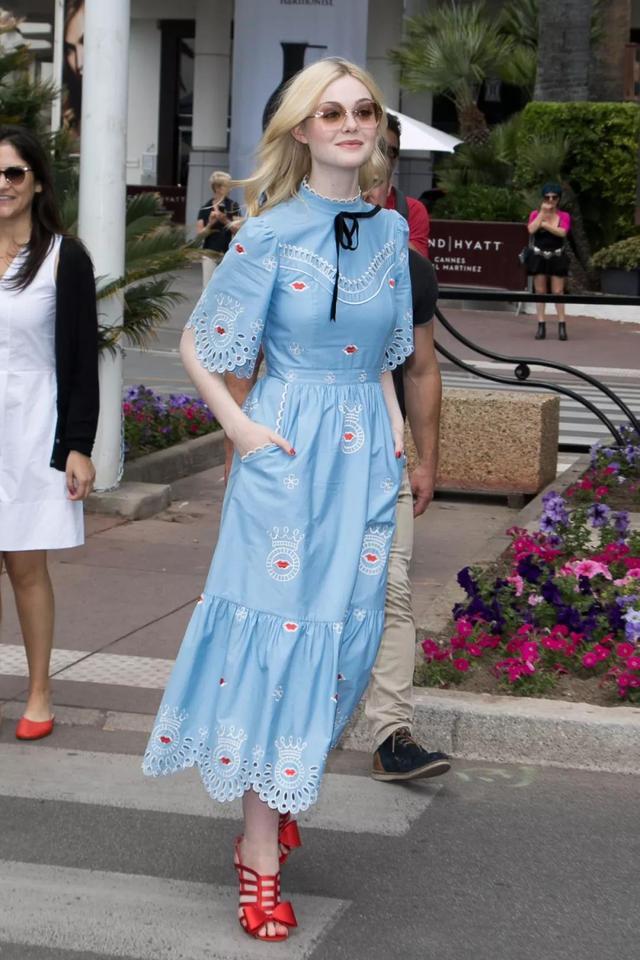 喜欢唐嫣极简风搭配,衬衫+灰色萝卜裤优雅高贵,质感女孩穿起来