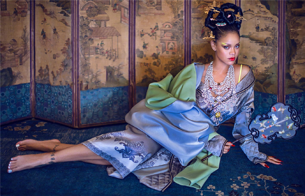<b>蕾哈娜大胆尝试樱花粉,一袭羽毛裙性感妩媚,配加强版丸子头个性</b>