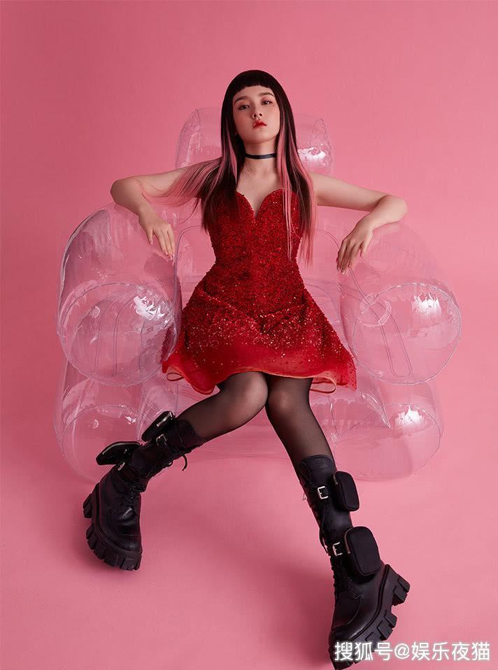 宋祖儿挑染粉色长发,穿大红色礼服配黑色丝袜,眼神桀骜霸气吸睛