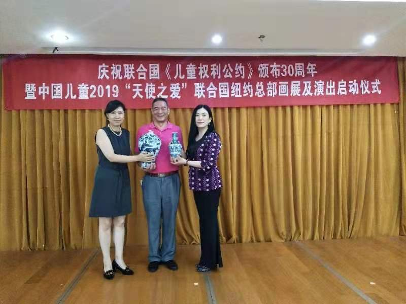 周伽隆向北京光明慈善基金会捐赠古陶瓷藏品
