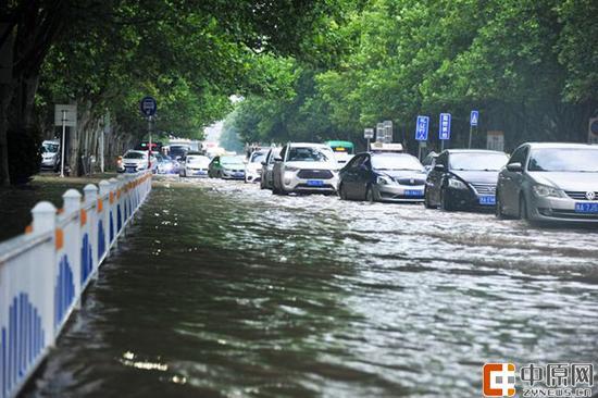 应战大雨来袭 郑州防汛办突击队雨中值守待命