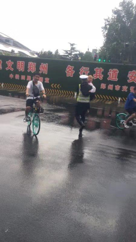 雨水大,警察蜀黍抱你过马路
