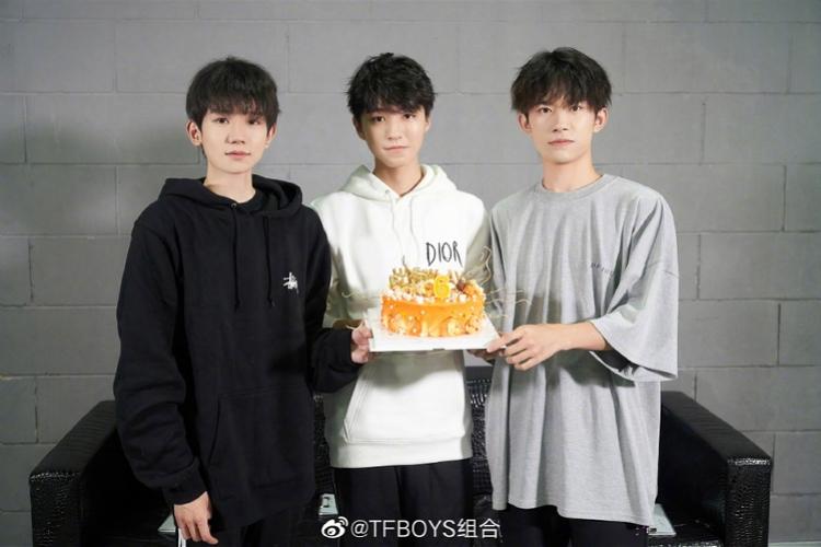 """<b>""""TFBOYS特别六""""!三小只出道6年王俊凯王源易烊千玺同框</b>"""