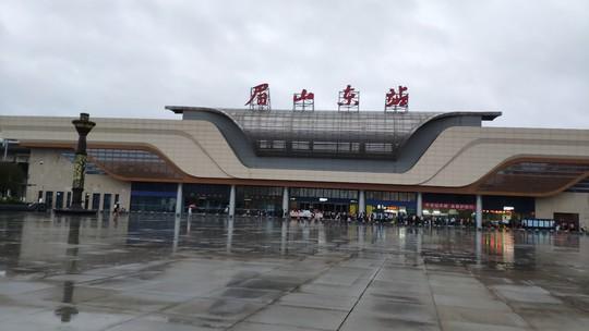 车站迟迟不开门 眉山东站外近百旅客雨中排长龙!