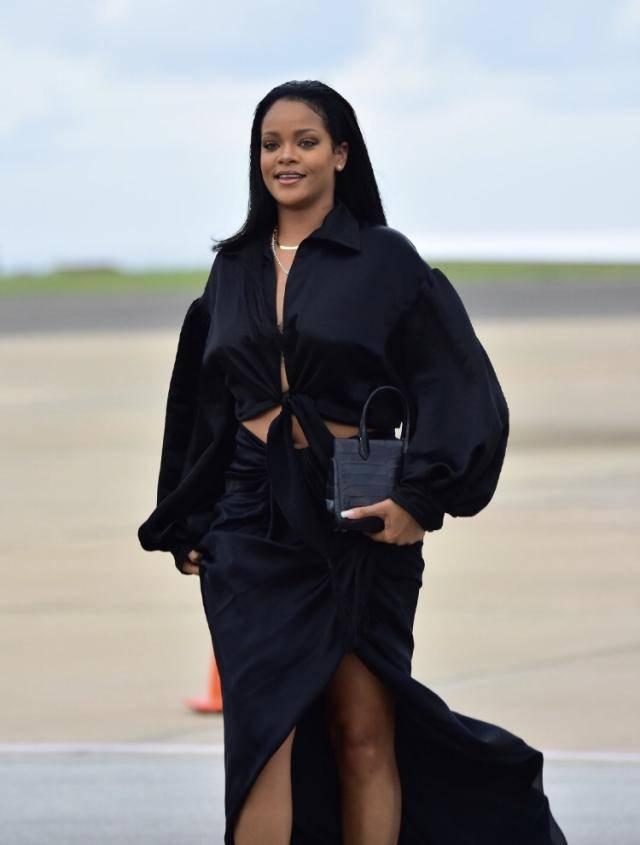 雷哈娜一袭黑色穿搭,硬生生的穿出时装秀的感觉,穿对衣服好显瘦