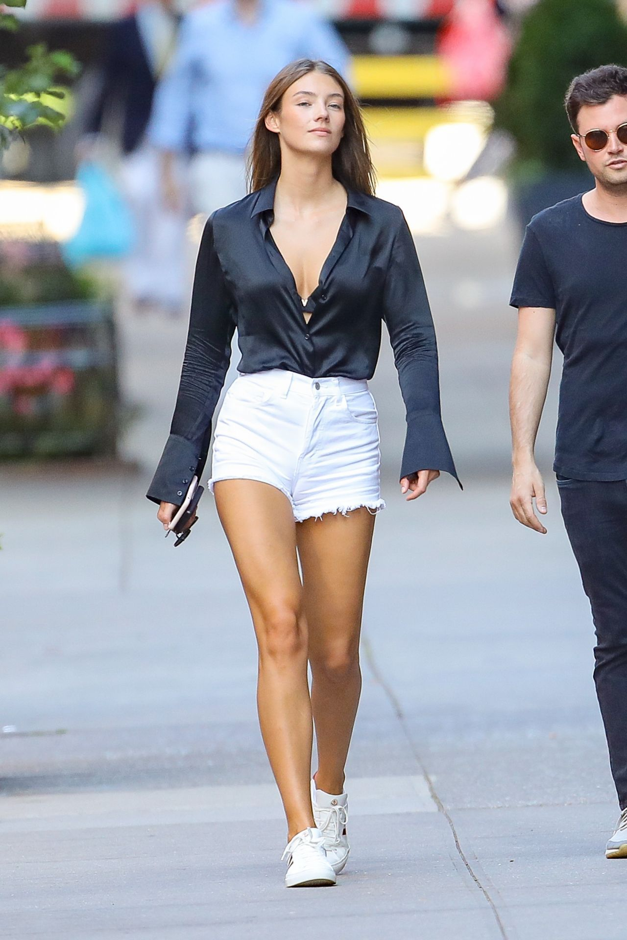 Lorena Rae简装现身街头,不愧是筛选过的超模,身材比例堪称完美