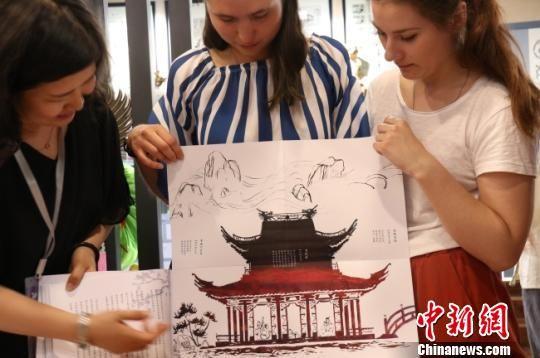 俄罗斯学生甘肃制作手工书:乐于亲朋分享中国文化