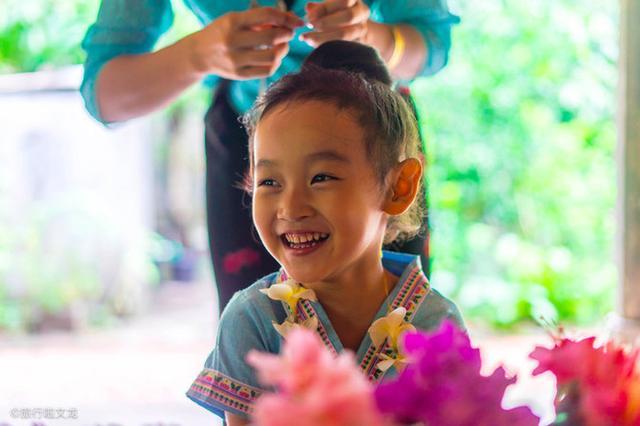在西双版纳傣族园,孩子穿上傣族服装俨然变成了傣族姑娘
