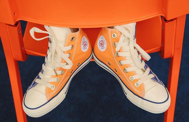 金源娱乐:可以显腿长。国内外许多明星街拍总是能看到帆布鞋的身影不