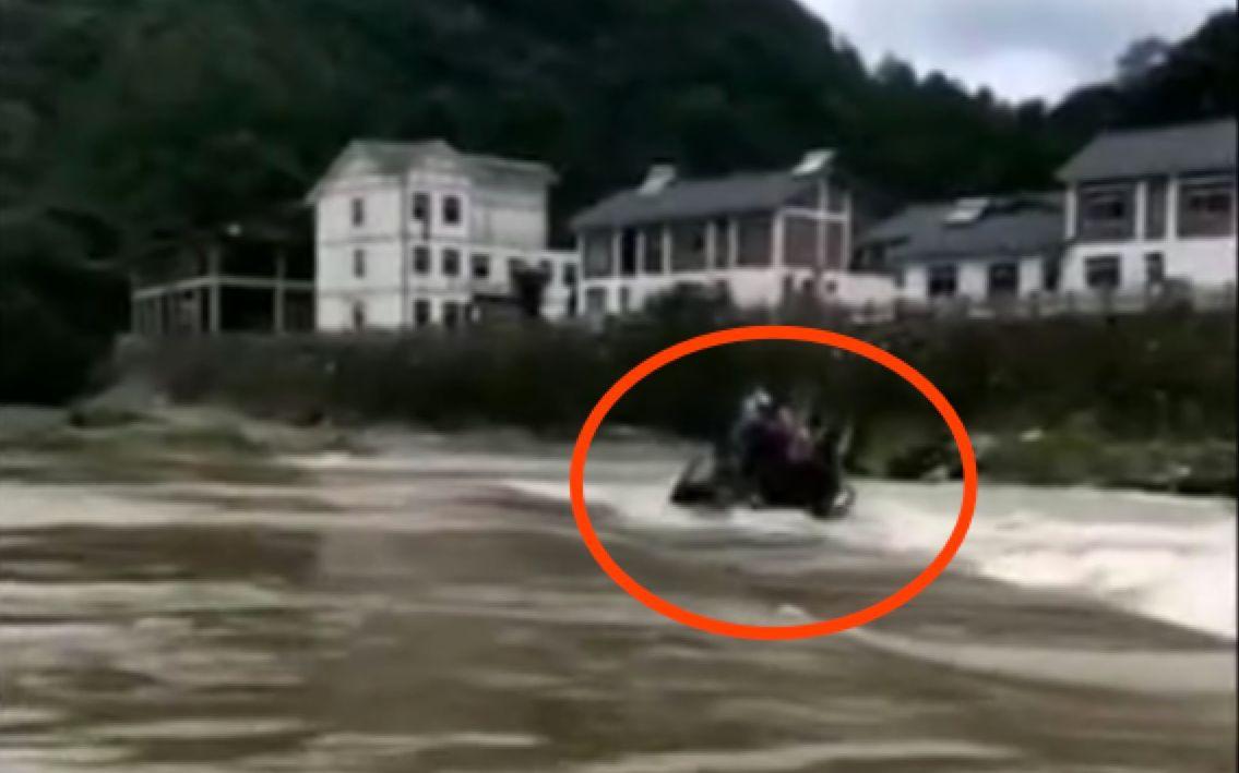 四川广元一装载机过桥时遇洪水,8人落水其中3人死亡