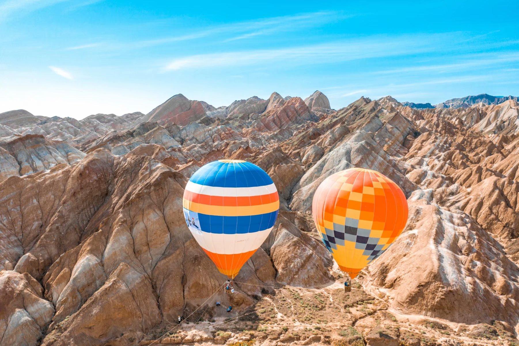这是一场千万的旅行,张掖七彩丹霞飞跃100个热气球,每个造价10W