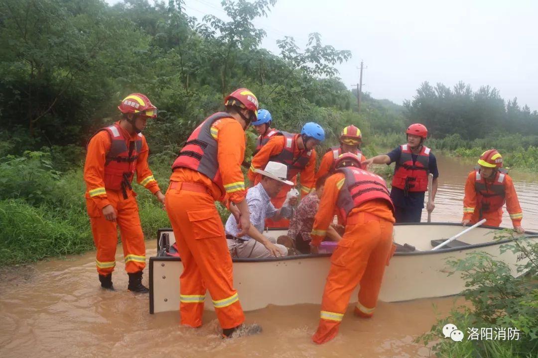 河南洛阳:山洪爆发三人被困 消防紧急救援