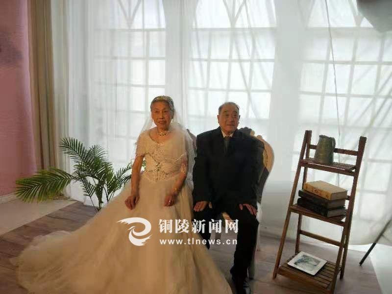 """""""在这里读懂铜陵""""——七夕节13对老兵夫妇补拍婚纱照"""